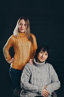 笑顔の2人の幸せな女の子。抱き締める女性の肖像画。家族、母と娘の関係の概念