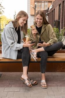 호기심 많은 비디오를 보고 있는 icecrean와 함께 두 행복 한 여자