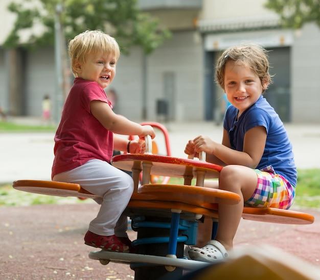 Две счастливые маленькие сестры на доске