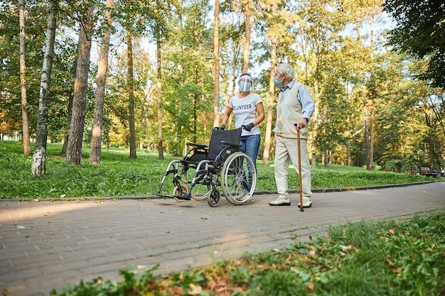 좋은 날씨와 함께 야외에서 걷는 두 명의 행복한 사람