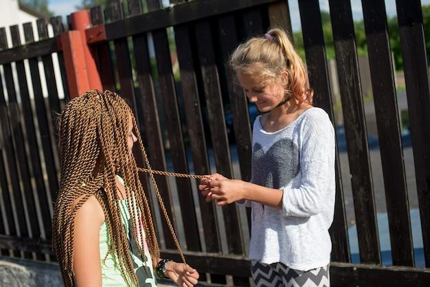 화창한 여름날 야외에서 즐거운 시간을 보내는 행복한 십대 소녀 두 명 프리미엄 사진