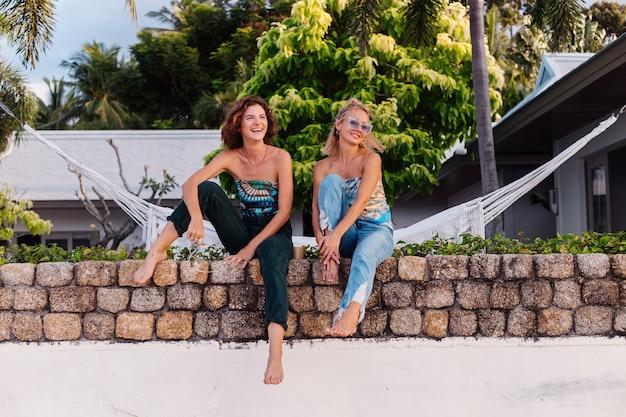 열 대 국가에서 휴가에 선글라스와 함께 두 행복 한 여자 친구