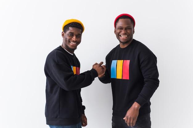 Двое счастливых молодых людей в черных стильных свитшотах