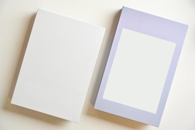 白い背景の上にテキストまたはデザイン用の空白スペースがある2つのハードカバースタイル