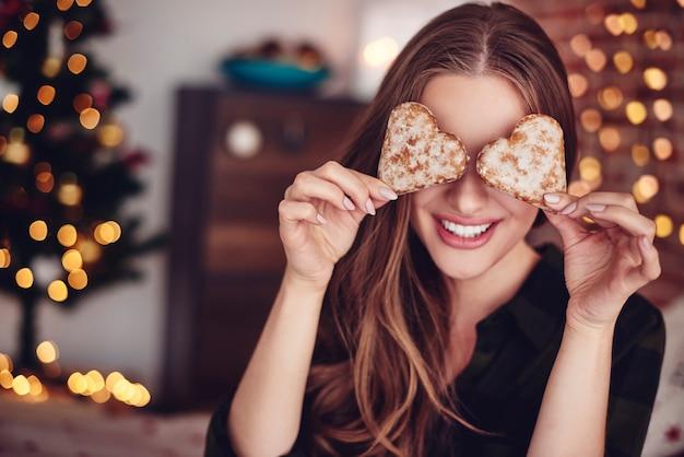 Due biscotti a forma di cuore davanti agli occhi
