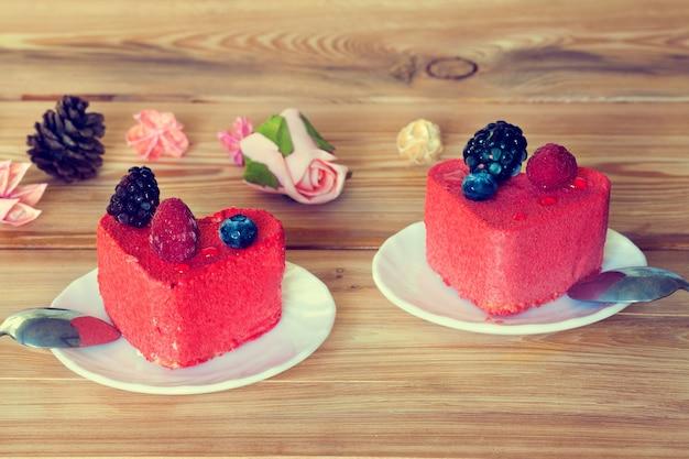 하트 모양의 케이크 2개