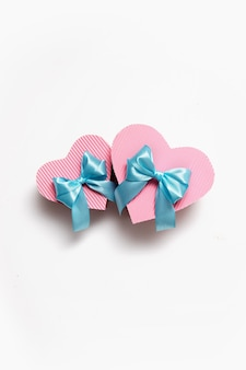 青いリボンが付いた2つのハート型のピンクのボックス-バレンタインデー、誕生日、母の日へのギフト