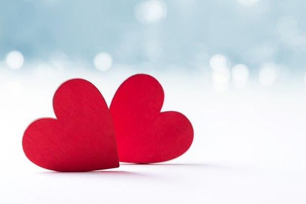 Два сердца на размытом фоне Premium Фотографии