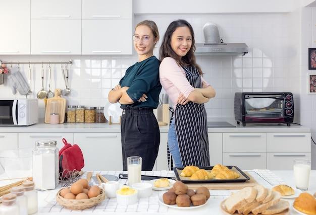 Два сердца, переполненные любовью. полная длина прекрасная молодая пара в повседневной одежде танцует и улыбается на кухне дома.