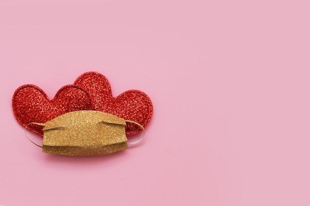 유행성 복사 공간 동안 의료 얼굴 마스크 발렌타인 데이 휴일 아래 두 마음