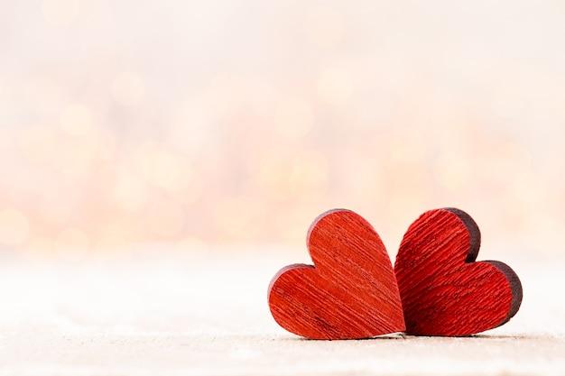二つの心臓。背景のボケ味とバレンタインの日グリーティングカード。