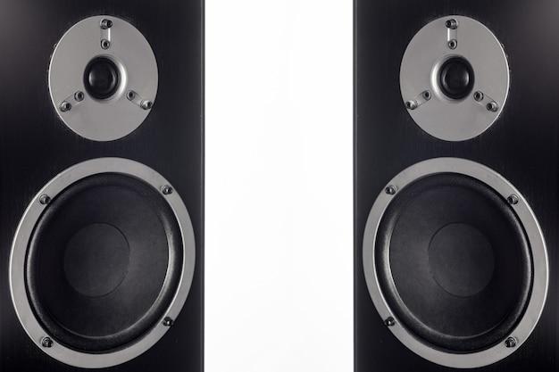 Два черных громкоговорителя hifi крупным планом. профессиональное аудиооборудование
