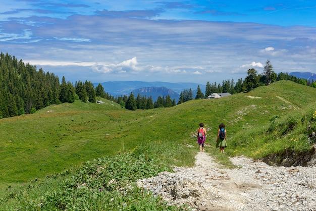 Двух туристов, гуляющих в горах