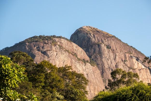 브라질 리우데자네이루의 가베아 지역에서 본 다른 각도에서 본 두 명의 힐 브라더.
