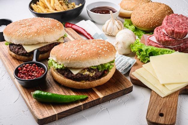 コンポーネントが付いた2つの自家製ビーフハンバーガー