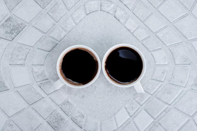 Due tè caldi e aromatici su bianco