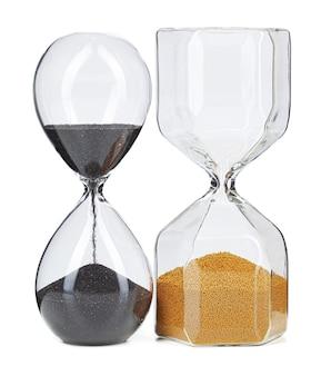 Две песочные часы, изолированные на белом фоне, вид спереди крупным планом