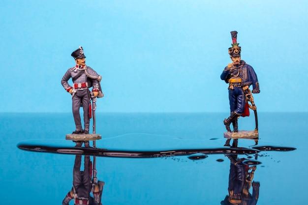 ナポレオン戦争の2人のハッサーが水たまりの前に立っています