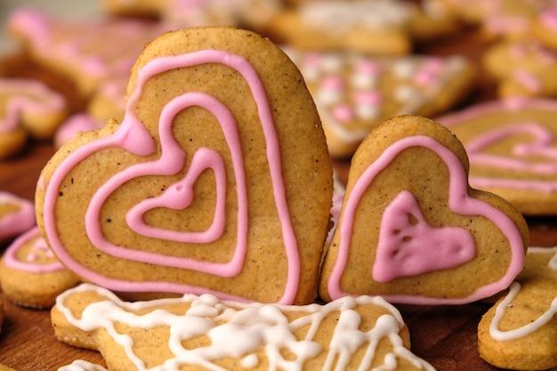 Два сердечка из имбирных пряников на день святого валентина на деревянном столе