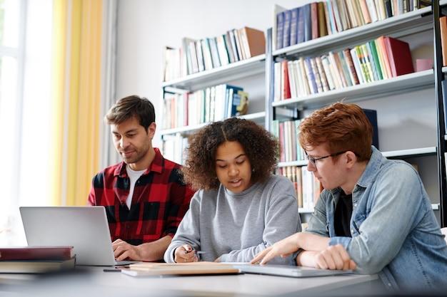 プロジェクトのアイデアを議論したり、授業後に図書館でのセミナーの準備をする2人の異文化同級生
