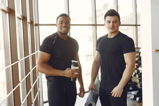 Two internationals friends is engaged in a gym