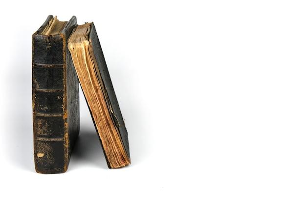 두 개의 고립 된 오래 된 골동품 책