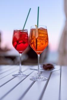 해질녘 테이블에 이탈리아 아페롤 음료 2잔 프리미엄 사진