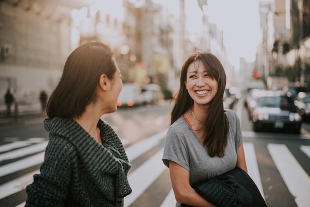 낮에는 도쿄에서 두 명의 일본 여성이 있습니다. 쇼핑과 재미 만들기