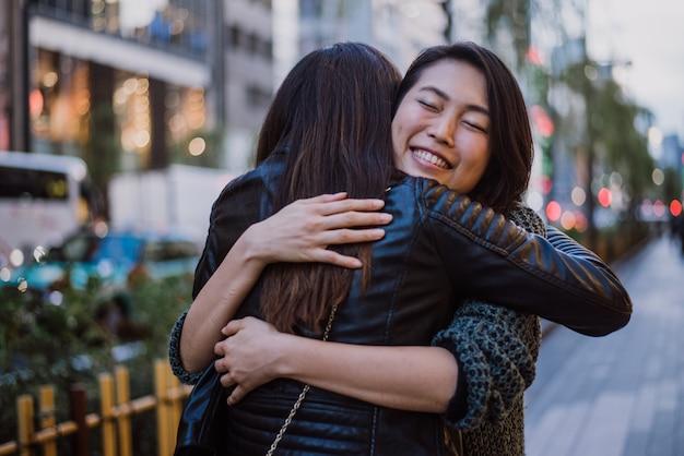 昼間の東京の周りの2人の日本人女性。買い物をして楽しんで