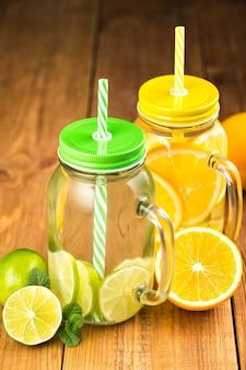 オレンジとライムのスライスとデトックス水の2つの瓶