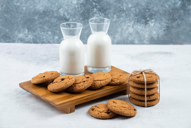맛있는 쿠키와 우유 두 병.