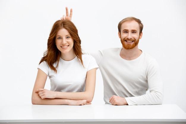 2つの笑顔のうれしそうな大人の赤毛の双子