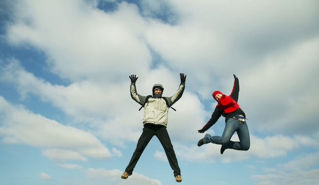 Два прыгающих подростка счастья
