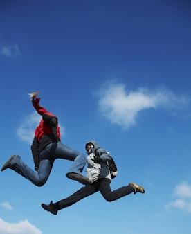 Два прыгающих подростка
