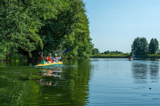 여러 사람이 노를 젓는 그룹과 함께 두 개의 카약. 빠른 강에서 래프팅. 모험 여행 라이프 스타일. 개념 방랑벽. 활동적인 주말 휴가 야생의 자연 야외. 카누.