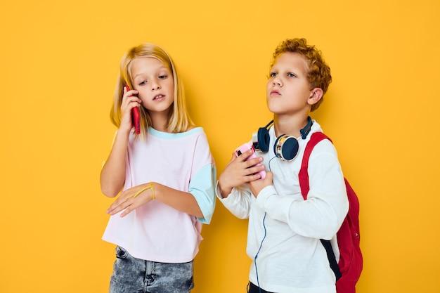 2人の子供の男の子と女の子が話し、笑顔の感情の喜びスタジオ教育の概念