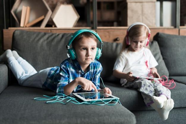Due bambini sul divano con compresse