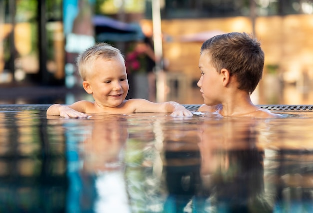 Двое детей наслаждаются своим днем в бассейне