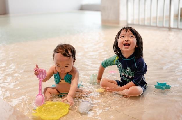 수영장에서 두 아이 어린이 실내에서 수영 호텔에서 휴가 동안 어린이