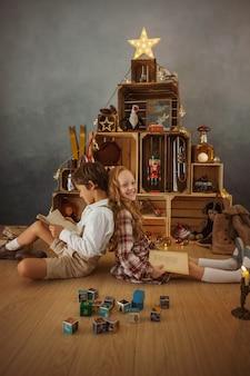 冬休み中に家で遊ぶ2人の子供