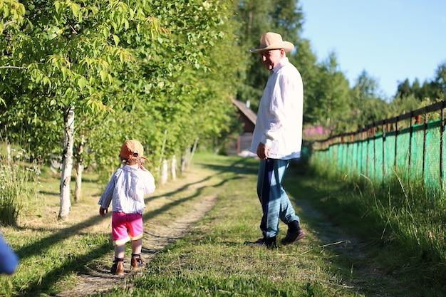 두 아이가 할아버지를 산책