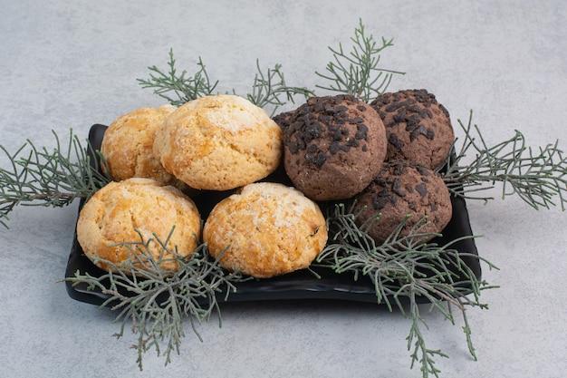 Due tipi di biscotti con patatine fritte sulla banda nera