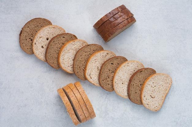 대리석 바탕에 두 종류의 빵 조각입니다. 고품질 사진