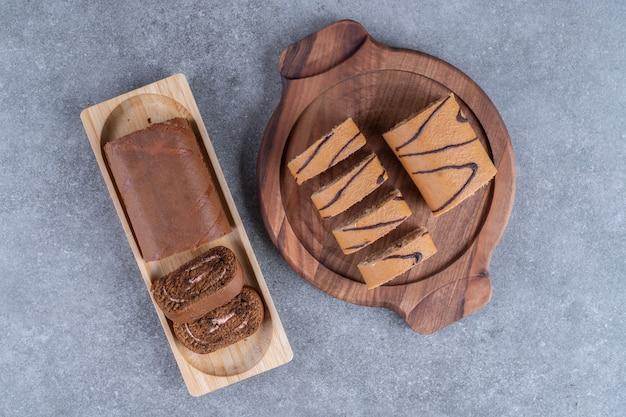 木の板に2種類のチョコレートロールケーキ