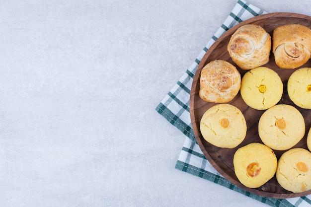 木の板に2種類のクッキー。
