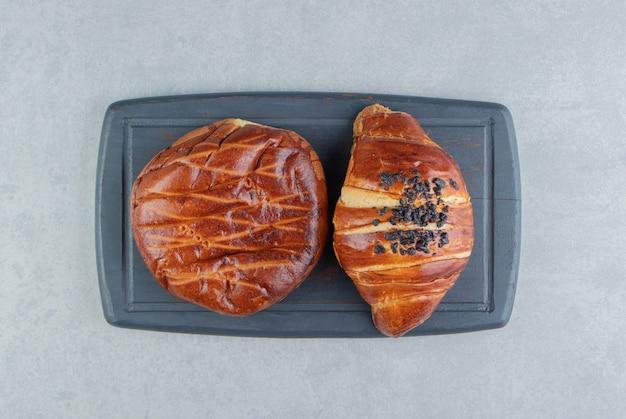 블랙 보드에 두 종류의 파이입니다.