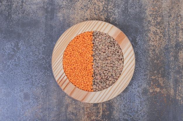 木の板に生豆とレンズ豆の2種類。