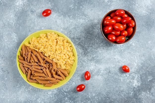 ボウルトマトのプレートに2種類の生パスタ。