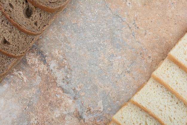 Два вида тостов на мраморном фоне