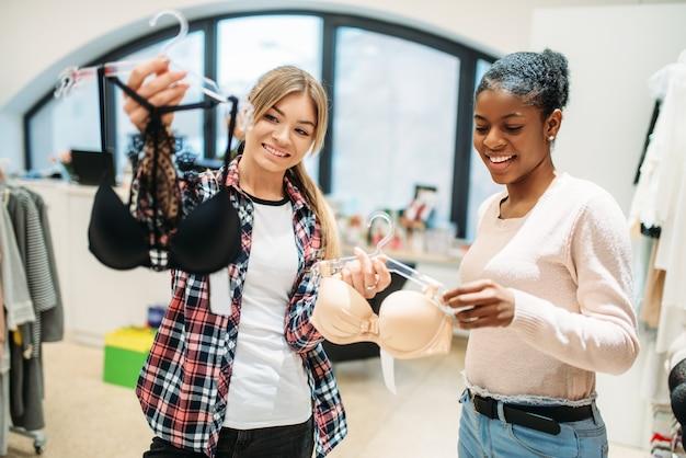란제리 부서에서 쇼핑하는 두 숙녀.